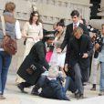 Sean Lennon, chevaleresque, aide un photographe à se relever en marge du défilé Chanel le 4 octobre 2011 au Grand Palais
