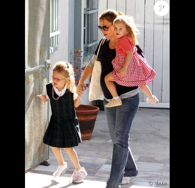Jennifer Garner, enceinte, avec ses filles Violet et Seraphina à Los Angeles le 7 octobre 2011