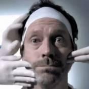 Hugh Laurie se laisse chouchouter entre les mains d'un Expert