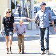 Reese Witherspoon, son mari Jim Toth et son fils Deacon Phillippe à Los Angeles le 2 octobre.