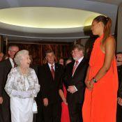 Elizabeth II, charmée par une géante, ignore la polémique de la révérence