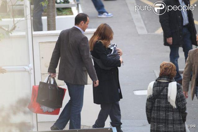 Carla Bruni-Sarkozy à la sortie de la Clinique de la Muette le dimanche 23 octobre 2011