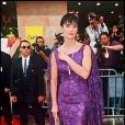 Au Festival de Cannes 1997, l'actrice Demi Moore tente de jouer à la geisha dans sa robe mauve et drapée, sans succès. Le 10 mai 1997.