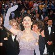 Demi Moore, tout sourire à son arrivée aux Oscars, aurait mieux fait de choisir une autre robe... et une autre coiffure. Los Angeles, le 1er avril 1992.