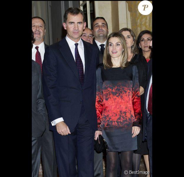 Au bras de son prince Felipe, Letizia d'Espagne a fait sensation lors de la cérémonie des Prix du journalisme à Madrid le 2 novembre 2011