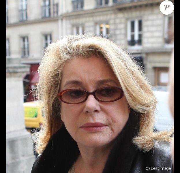 Catherine Deneuve, triste, lors des obsèques de Loulou de la Falaise, jeudi 10 novembre 2011, à l'église Saint-Roch à Paris