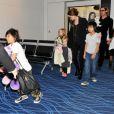Angelina Jolie, Brad Pitt et leurs enfants tente de rejoindre leur avion les bras chargés de peluches le 10 novembre 2011 à l'aéroport international de Haneda au Japon