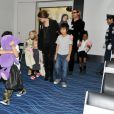 Angelina Jolie, Brad Pitt et leurs enfants Madox, Pax dissimulé derrière une énorme peluche, Zahara, Shiloh et les jumeaux Vivienne et Knox le 10 novembre 2011 à l'aéroport international de Haneda au Japon