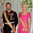 Le prince Haakon et la princesse Mette Marit de Norvège se sont lancés sur le marché des albums de Noël !  We Light Our Lanterns , sur lequel chantent des jeunes talents norvégiens, est paru le 14 novembre 2011 au profit du Fonds caritatif du couple princier.
