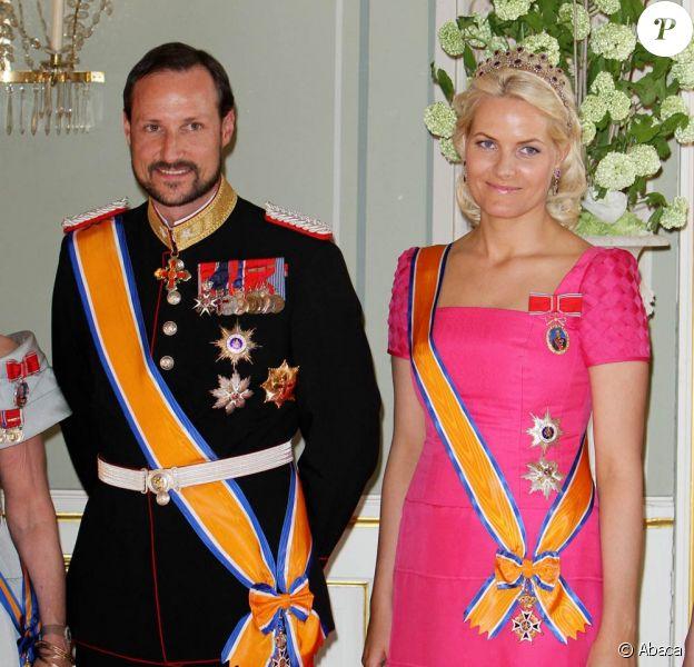 Le prince Haakon et la princesse Mette Marit de Norvège se sont lancés sur le marché des albums de Noël ! We Light Our Lanterns, sur lequel chantent des jeunes talents norvégiens, est paru le 14 novembre 2011 au profit du Fonds caritatif du couple princier.