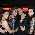 Mikelangelo Loconte (Mozart) et Golan Yosef (Dracula) entourés de charmantes dames au club Six Seven à Paris le 19 novembre 2011