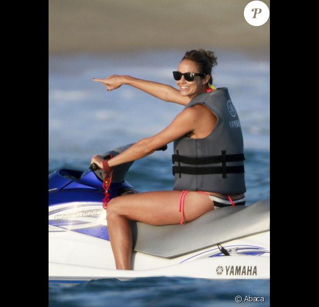 Stacey Keibler, petite amie de George Clooney, profite à fond de ses vacances de Thanksgiving avec quelques amis à Los Cabos au Mexique le 24 novembre 2011