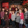Chantal Goya lit de belles histoires aux enfants à L'Espace Carré d'Encre, à Paris, le 30 novembre 2011.