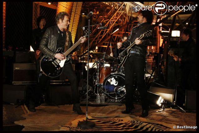 Johnny Hallyday se produit au premier étage de la Tour Eiffel à l'occasion de l'enregistrement du concert privé  Live   @Home , le samedi 3 décembre 2011.
