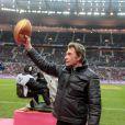 Johnny Hallyday donne le coup d'envoi d'un match de rugby du Top 14, le samedi 3 décembre au Stade de France.
