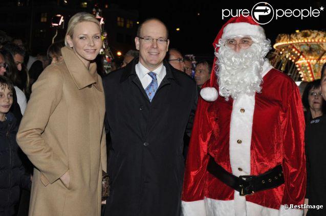 Albert de Monaco et son épouse visitent le Marché de Noël, à Monaco, le 5 décembre 2011. Le Père Noël est à leurs côtés !