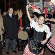 Albert de Monaco et son épouse Charlene découvrent avec émerveillement le Marché de Noël, à Monaco, le 5 décembre 2011.