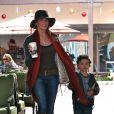 LeAnn Rimes et son beau-fils Jake, fils de son mari Eddie Cibrian font du shopping à Malibu le 11 décembre 2011