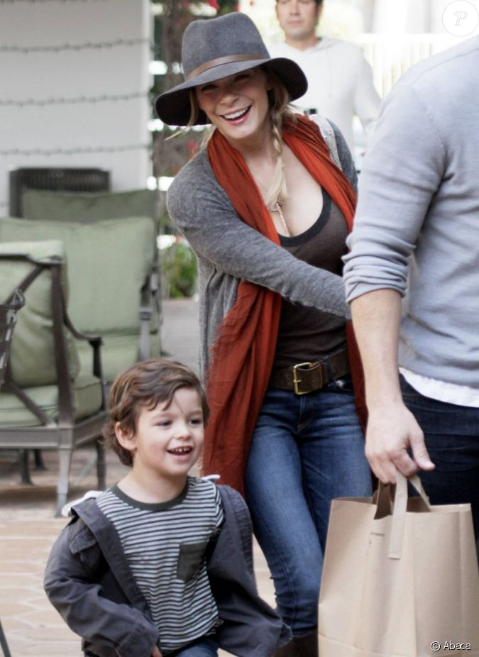 leann rimes et ses beaux fils mason et jake font les magasin malibu le 11 d cembre 2011 en. Black Bedroom Furniture Sets. Home Design Ideas