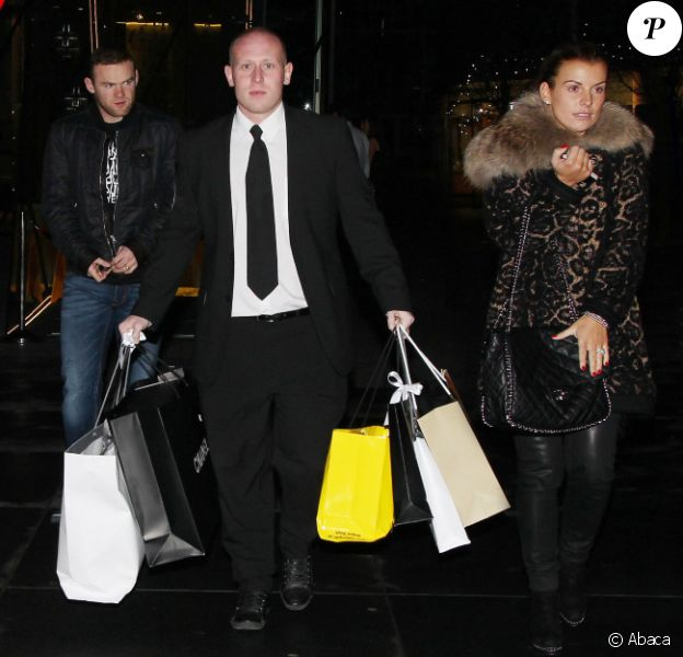 Wayne Rooney et sa femme Coleen en pleine séance shopping, se font porter leurs sacs par un vigile le 15 décembre 2011 à Manchester