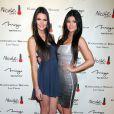 Kylie Jenner et Kendall Jenner lors de l'ouverture de la boutique Kardashian Khaos à Las Vegas le 15 décembre 2011