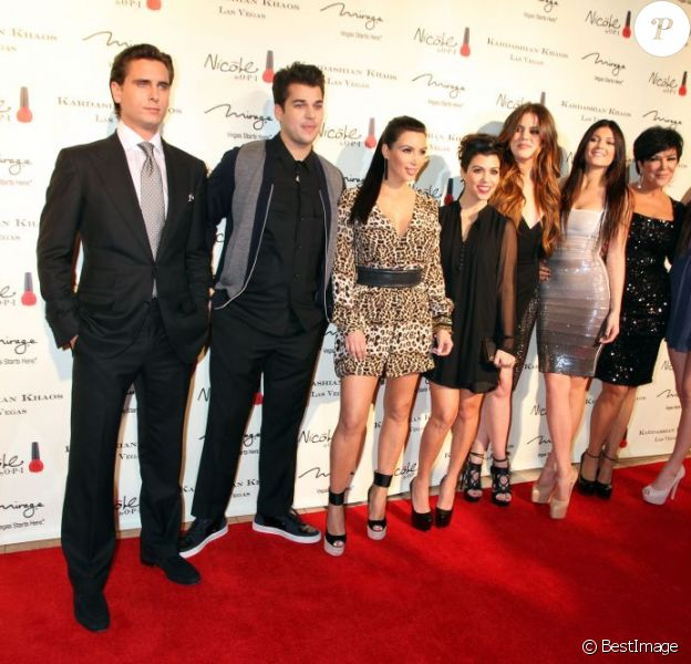 Scott Disick, Rob Kardashian, Kim Kardashian, Kourtney Kardashian, Khloe Kardashian, Kylie Jenner, Kris Jenner et Kendall Jenner lors de l'ouverture de la boutique Kardashian Khaos à Las Vegas le 15 décembre 2011