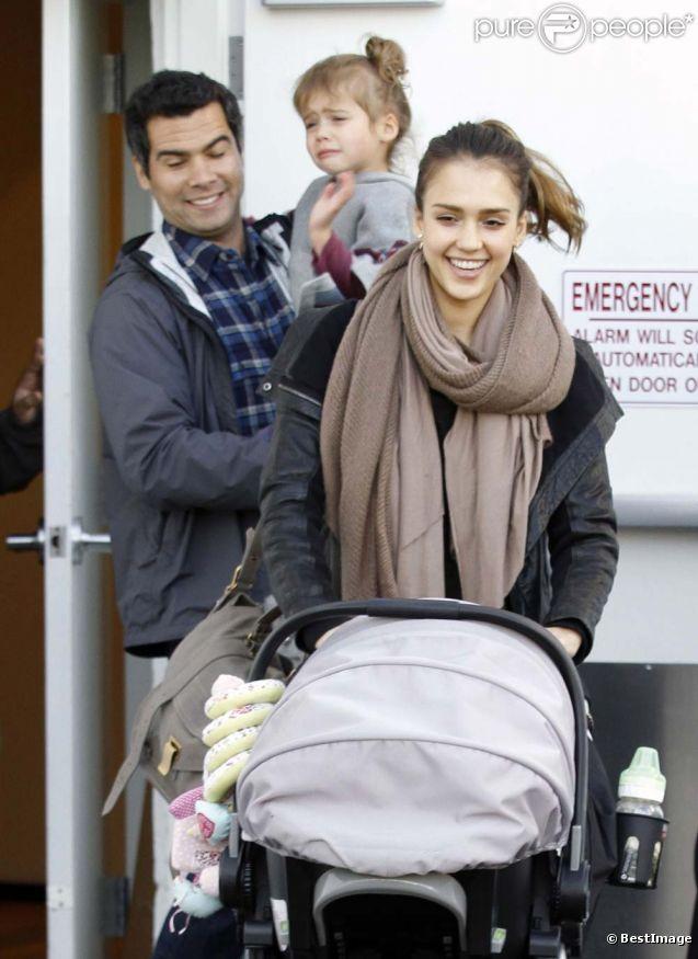 Jessica Alba, son époux Cash, Honor et sa petite Haven, à Los Angeles, le 17 décembre 2011.