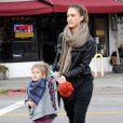 Jessica Alba et sa fille aînée Honor, à Los Angeles, le 17 décembre 2011.
