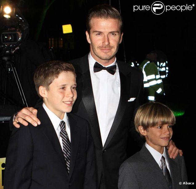 David Beckham avec ses fils Brooklyn et Romeo sur le tapis rouge de la soirée A Night of Heroes pour les Sun Military Awards, à l'Imperial War Museum de Londres, le 19 décembre 2011.