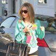 En tenue sportive, Ashley Tisdale a trouvé son nouvel amour : le Boston bag de Céline, qu'elle ne lâche plus. Los Angeles le 21 décembre.
