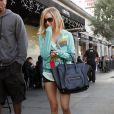 Quelques jours après avoir assisté à un concert avec le chanteur du groupe  Boys Like Girls  Martin Johnson, Ashley Tisdale s'est faite surprendre à la sortie du restaurant Joan's où elle déjeunait avec Robbie Jones. Los Angeles le 21 décembre.