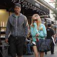 Embarrassée à la vue des paparazzi ? Ashley Tisdale l'était alors qu'elle sortait d'un restaurant avec l'acteur Robbie Jones. Los Angeles le 21 décembre.