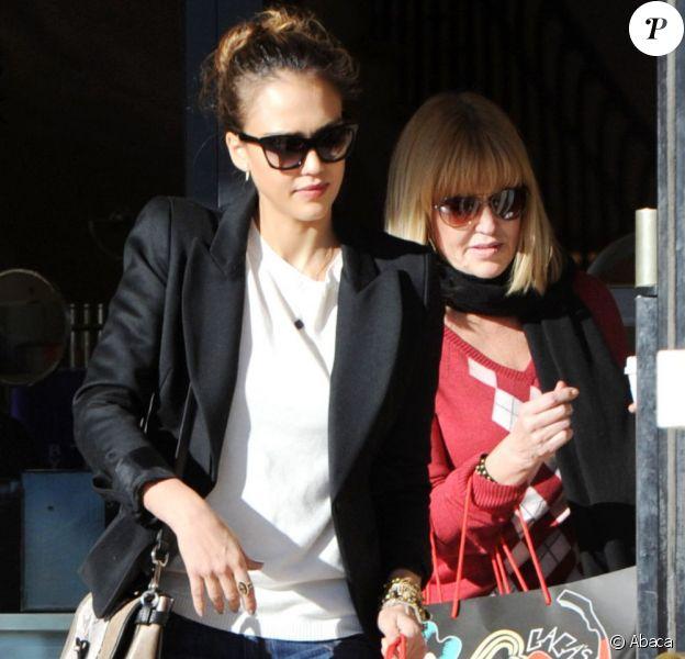 Jessica Alba en formes en plein shopping à Los Angeles. Le 23 décembre 2011
