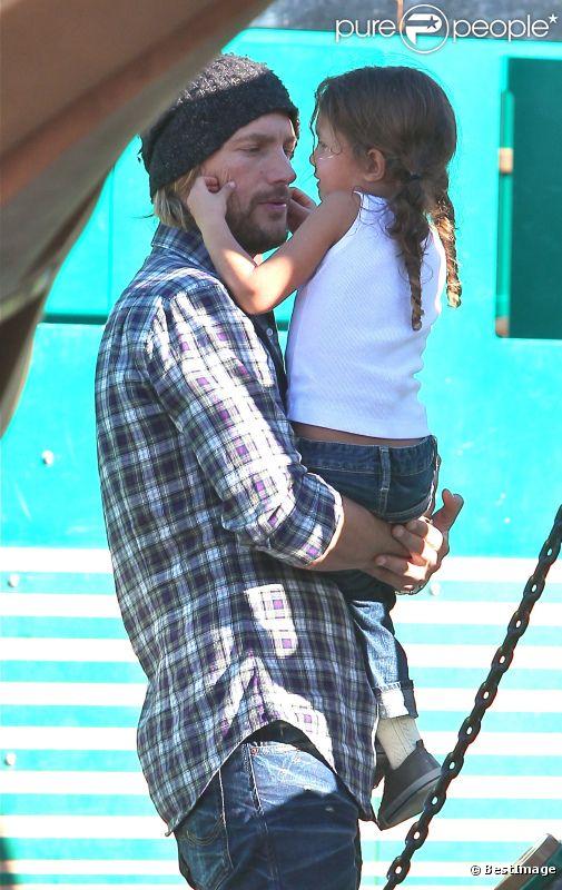 Pause tendresse pour Gabriel Aubry et sa fille Nahla à Los Angeles le 28 décembre 2011