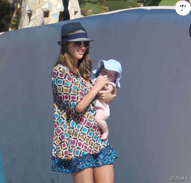 L'adorable fille de Jessica Alba, Haven, a pris un bain de soleil à Cabo San Lucas le 31 décembre 2011