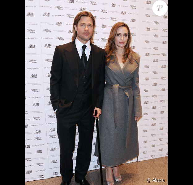 Angelina Jolie, accompagnée de Brad Pitt, présente Au pays du sang et du miel à Washington, le 10 janvier 2012.