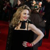Madonna fait sensation devant les flashs, en dentelle et velours noirs