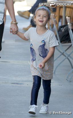 En T-shirt, legging et Converse, Honor est stylée et à l'aise pour marcher avec sa mère Jessica Alba.