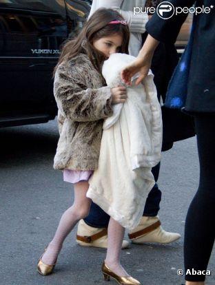 Suri Cruise est, à seulement 5 ans, une fan de talons et arbore de charmants manteaux en fourrure.