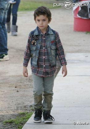 Après un look très anglais, Kingston revient au streetwear avec une veste en jean et une paire de sneakers. Los Angeles, le 31 décembre 2011.