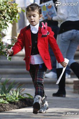 Le fils de Gwen Stefani et Gavin Rossdale, Kingston, se la joue british avec un blazer rouge et un pantalon tartan.