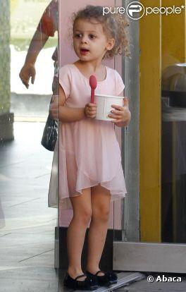 La petite princesse Harlow Richie Madden, mignonne à croquer dans sa robe rose et ses petites ballerines, dévore une glace !
