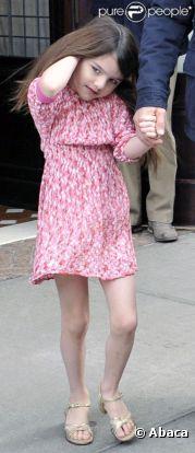 Suri Cruise est très girly dans son look, fan de petites robes, de ballerines et de talons.