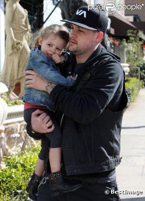 Harlow, dans les bras de son père Joel Madden, adopte une attitude rock avec ses bottes cloutées.