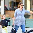 Jennfier Garner, bien enceinte, récupère Violet à la sortie de son cours de karaté. Vendredi 13 janvier 2012