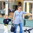 """""""Jennfier Garner, bien enceinte, récupère Violet à la sortie de son cours de karaté. Vendredi 13 janvier 2012"""""""