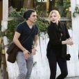 Chloë Moretz et un ami partagent un moment de détente dans les rues de West Hollywood le 8 janvier 2012