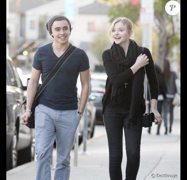 Chloë Moretz passe un agréable moment avec un ami dans les rues de West Hollywood le 8 janvier 2012