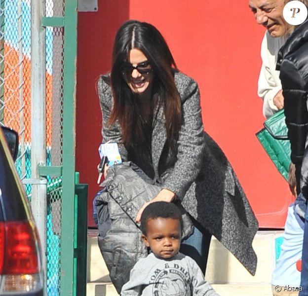 Sandra Bullock et son fils Louis à la sortie de l'école à Los Angeles le 19 janvier 2012