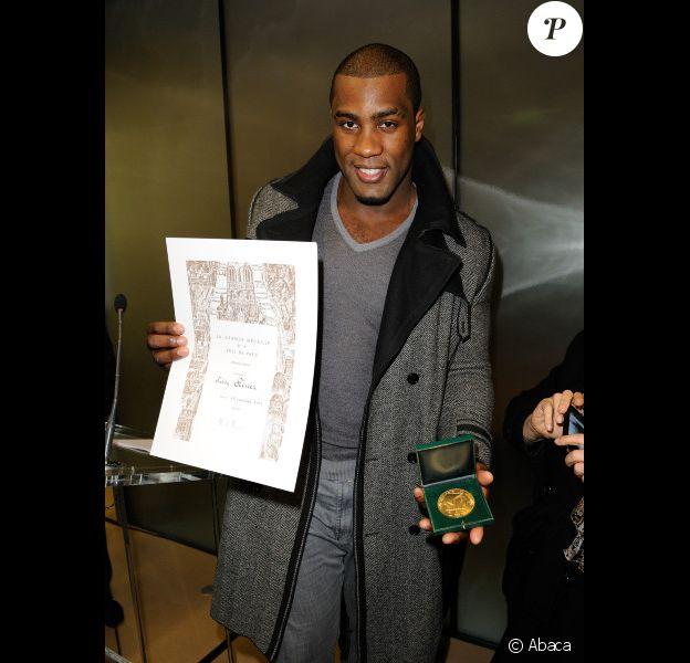 Teddy Riner reçoit la médaille Grand Vermeil de la Ville de Paris des mains de Bertrand Delanoë lors de l'inauguration du centre sportif Pajol le 25 janvier 2012